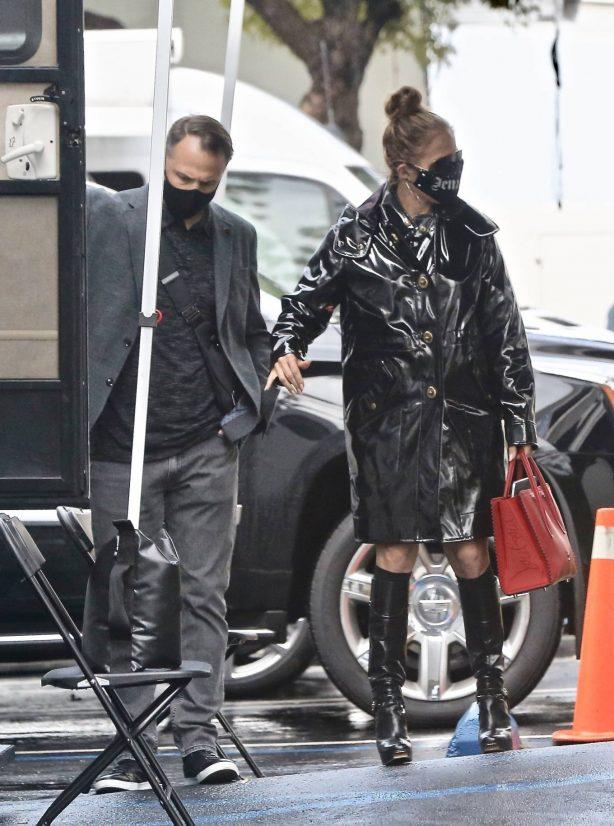 Jennifer Lopez - Photoshoot candids on a rainy day in Paramount - California
