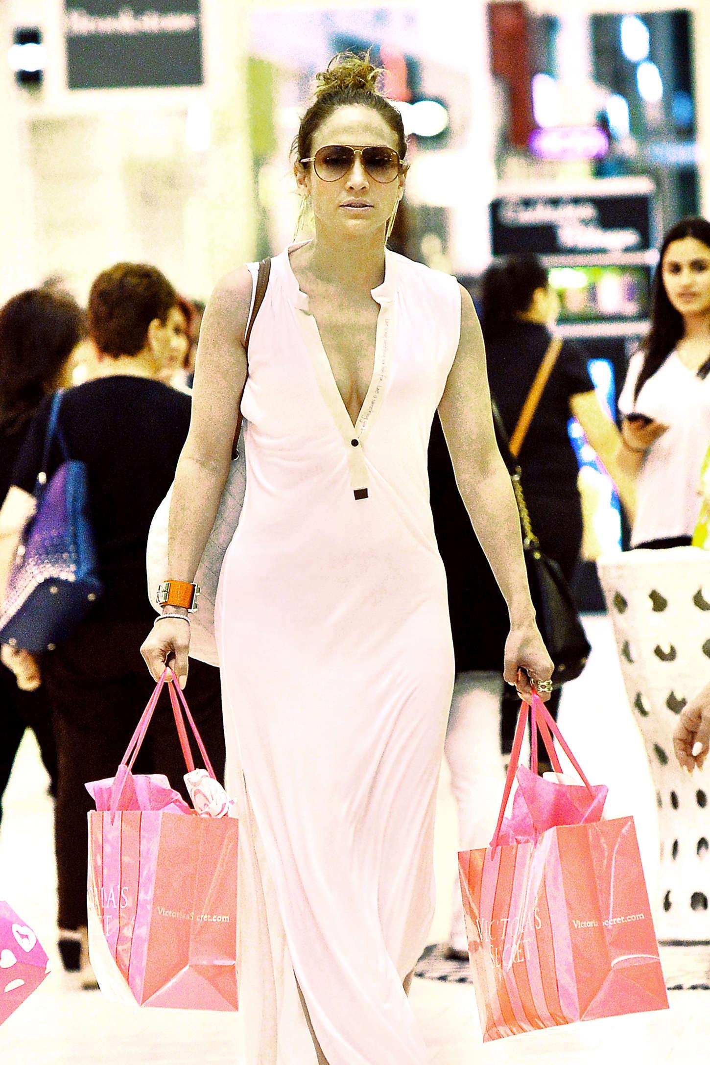 Jennifer Lopez 2015 : Jennifer Lopez: Shopping at Victorias Secret -01