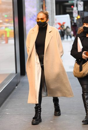 Jennifer Lopez - Shopping candids at the Dior boutique in New York