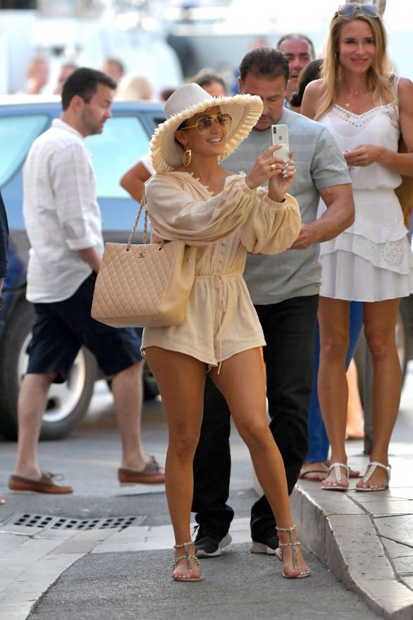 Jennifer Lopez - Strolling on the port during holiday in St Tropez