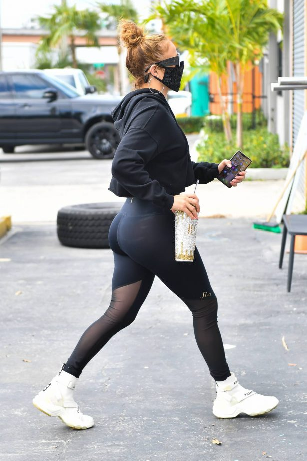 Jennifer Lopez - Wearing all-black gym outfit in Miami