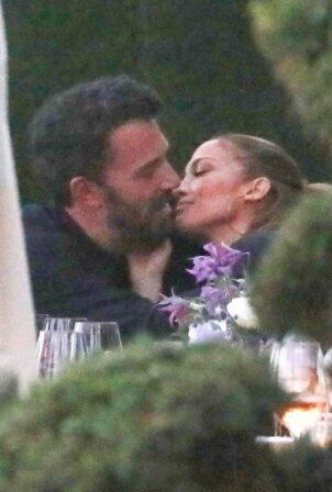 Jennifer Lopez - With Ben Affleck joins JLo's family over dinner in Malibu