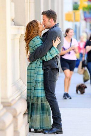Jennifer Lopez - With Ben Affleck kiss in New York City