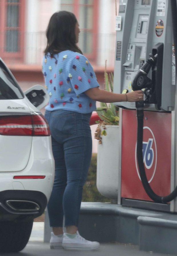 Jennifer Love Hewitt 2019 : Jennifer Love Hewitt at a gas station-05