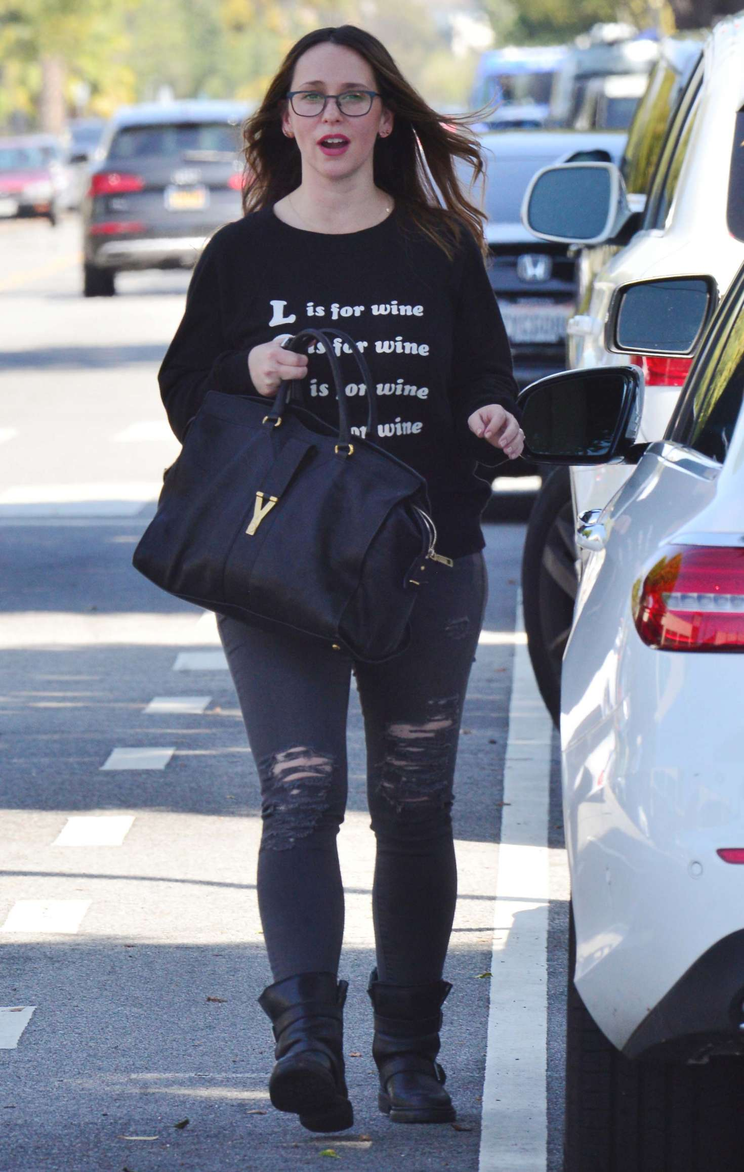Jennifer Love Hewitt - Heads to her car after lunch in Santa Monica