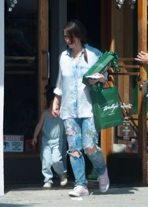 Jennifer Love Hewitt in Ripped Jeans -05