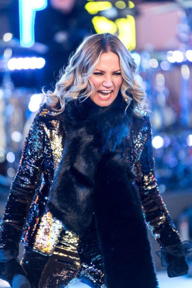 Jennifer Nettles - Times Square NYE Ball Drop in NYC
