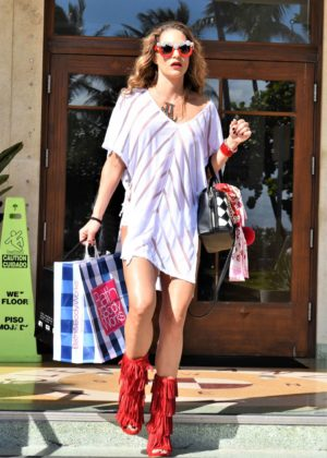 Jennifer Nicole Lee - Shopping in Miami