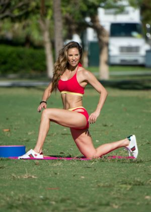Jennifer Nicole Lee - Working out on Miami Beach