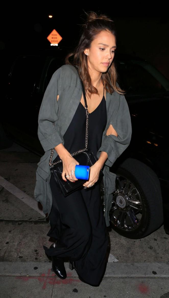 Jessica Alba arrives at a restaurant -01