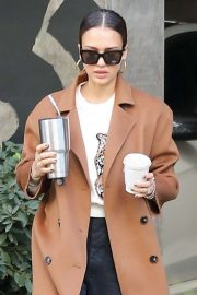 Jessica Alba - Arriving at the honest company headquarters in Santa Monica
