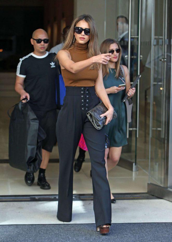 Jessica Alba At New York Fashion Week 2016 08 Gotceleb