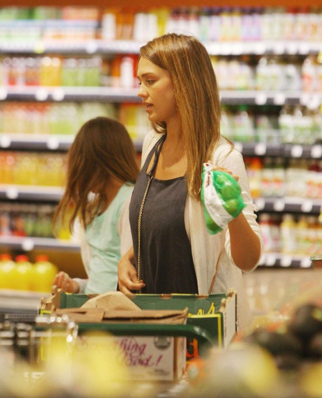 Jessica Alba at Whole Foods -02