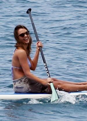 Jessica alba hot in bikini at a beach in hawaii for Jessica alba beach pictures
