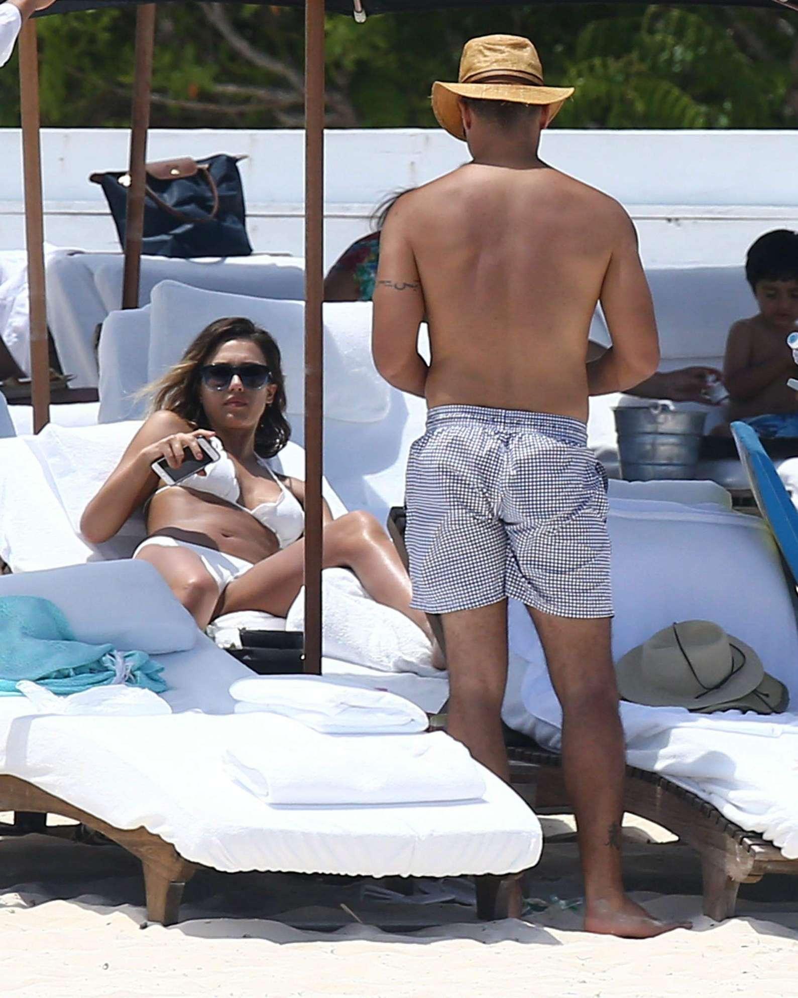 5827547963 Jessica Alba  Bikini candids in Cancun-42 - Full Size