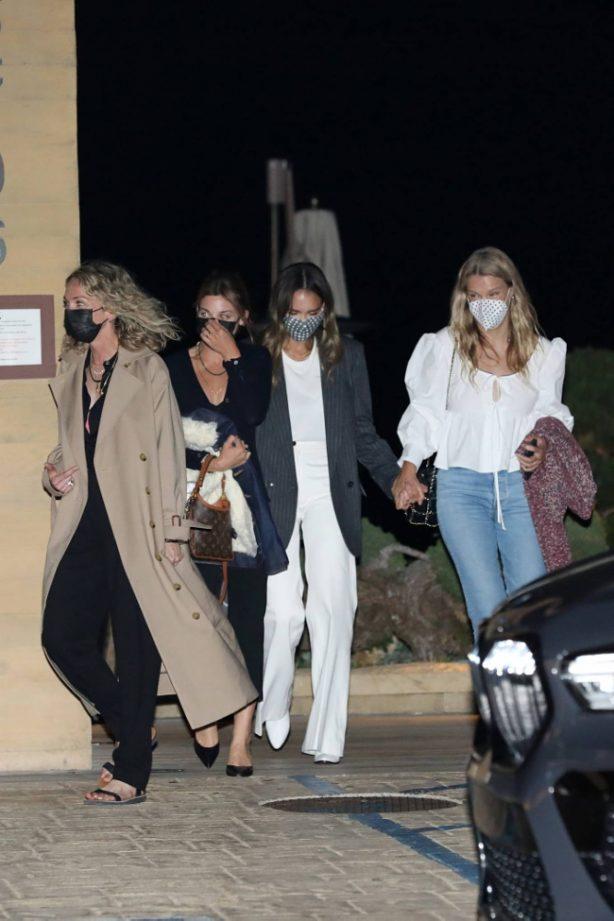 Jessica Alba - Dinner candids at Nobu Malibu with friends