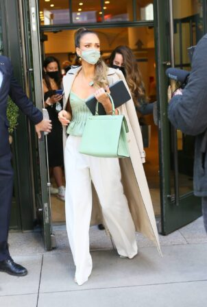 Jessica Alba - Dons bussines look while leaving a Hotel in New York
