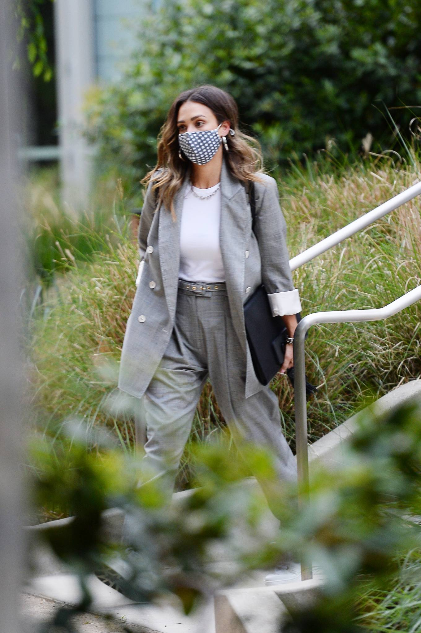 Jessica Alba - Dons bussines look while out of an office building in Los Angeles