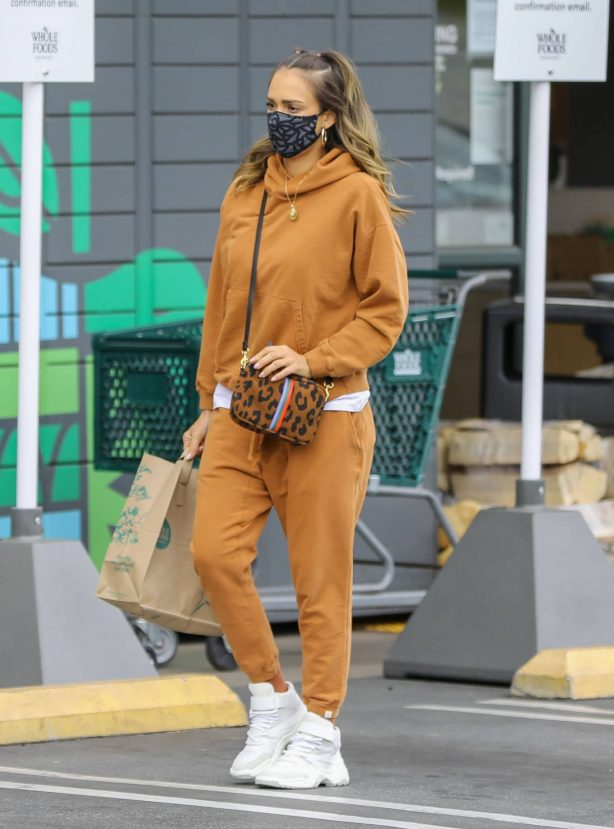 Jessica Alba - Dons casual while out in Beverly Hills