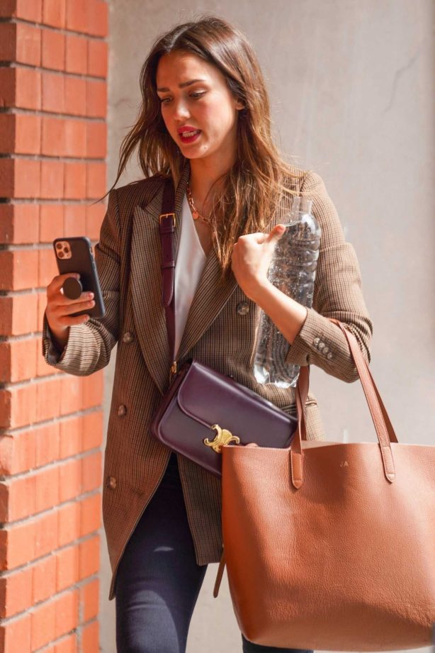 Jessica Alba - Heads to a meeting in Beverly Hills