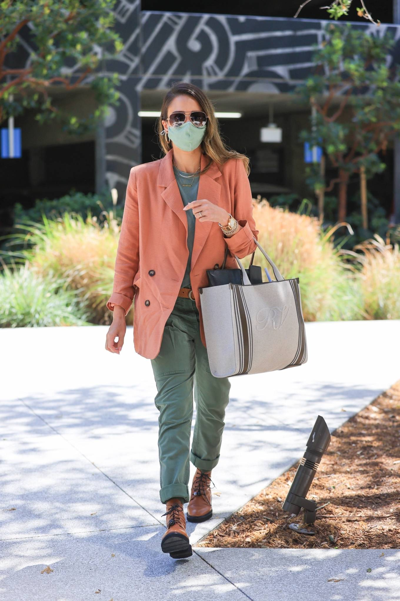 Jessica Alba - Heads to her office in Los Angeles