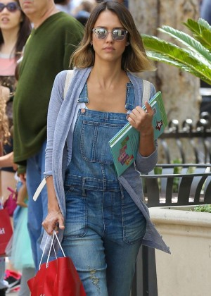 Jessica Alba in Jeans Shopping in Los Angeles
