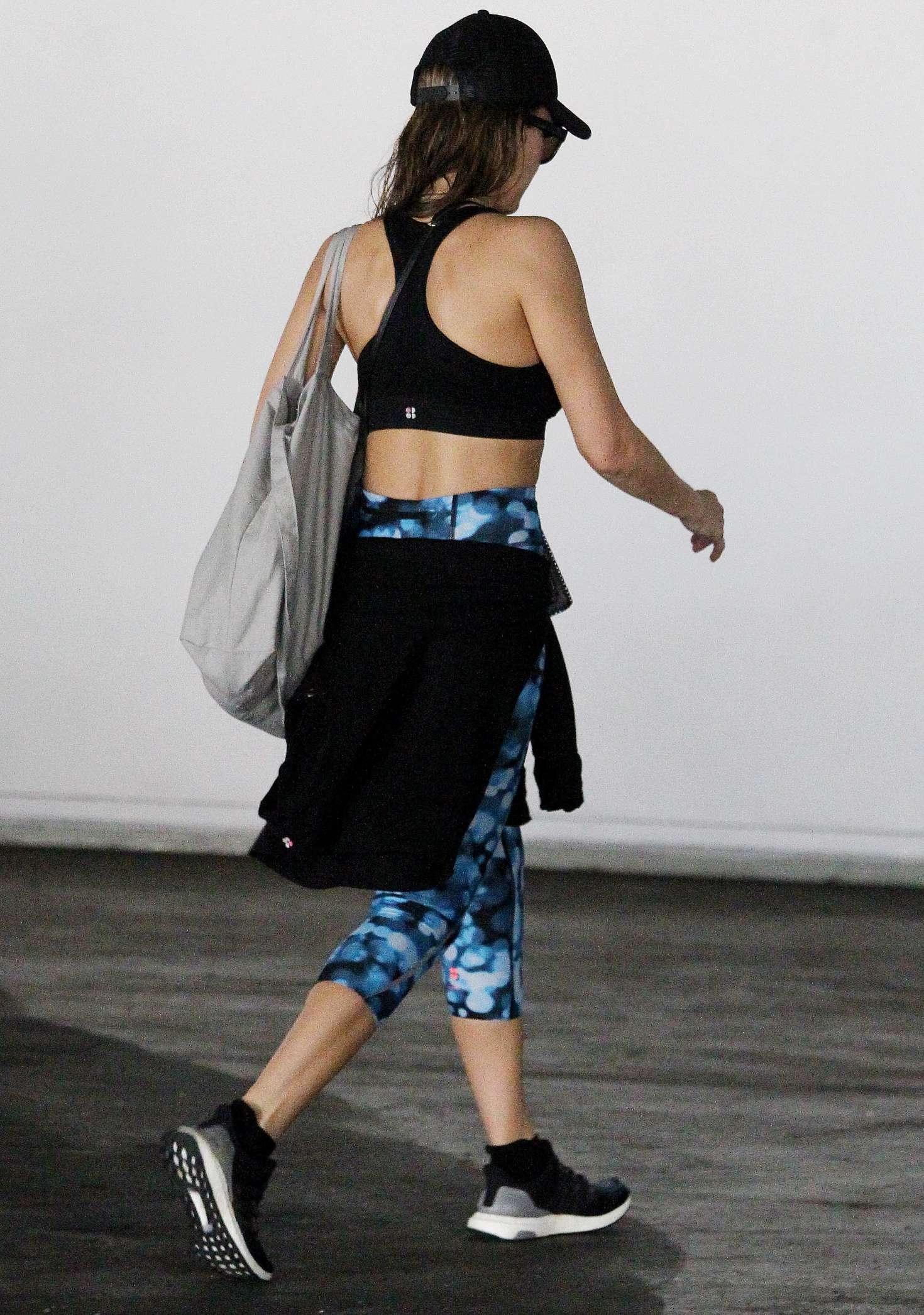 Jessica-Alba-in-Tights-and-Sports-Bra--0