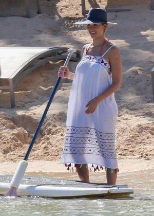 Jessica Alba - Paddleboarding on Vacation in Honolulu