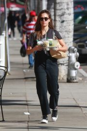 Jessica Alba - Picking up drinks in Beverly Hills