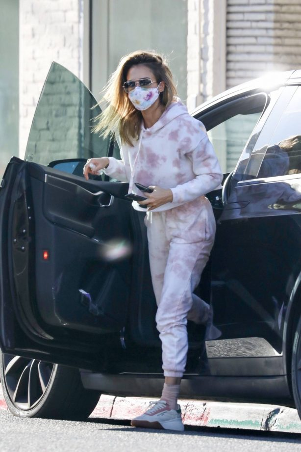 Jessica Alba - picking up food in Los Angeles