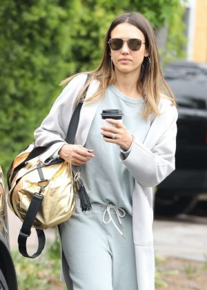 Jessica Alba - Picks up coffee in Beverly Hills