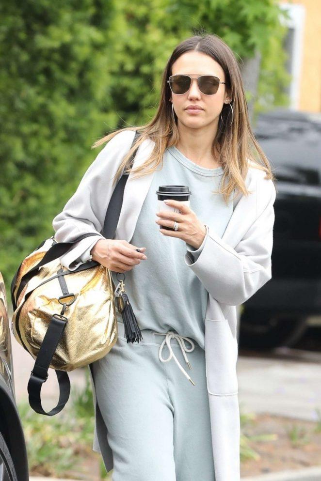 Jessica Alba - Picks up coffee in Beverly Hills