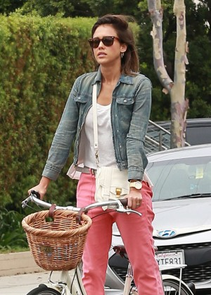 Jessica Alba - Riding her bike in Malibu