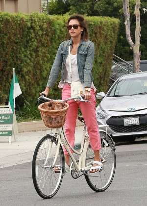 Jessica Alba: Riding her bike -06
