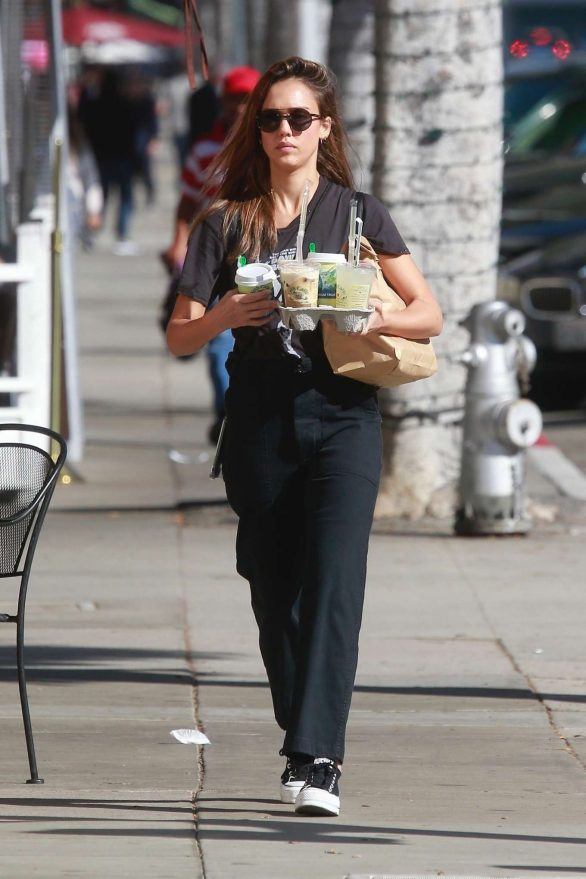 Jessica Alba - Seen at Picking up drinks in Beverly Hills
