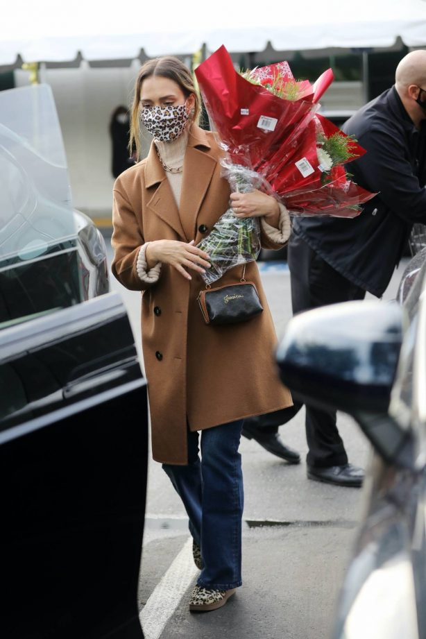 Jessica Alba - Shopping candids at Bristol Farms in Beverly Hills