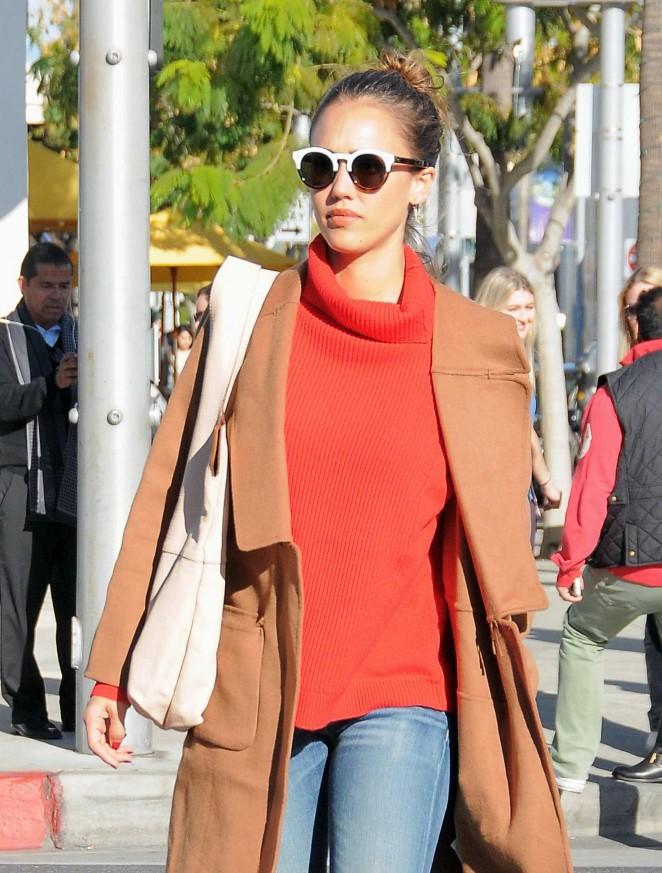 2d22bcffbf Jessica Alba – Shopping candids at Club Monaco in Beverly Hills ...