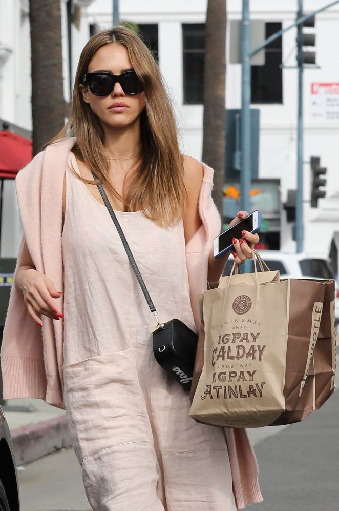Jessica Alba – Shopping in Beverly Hills