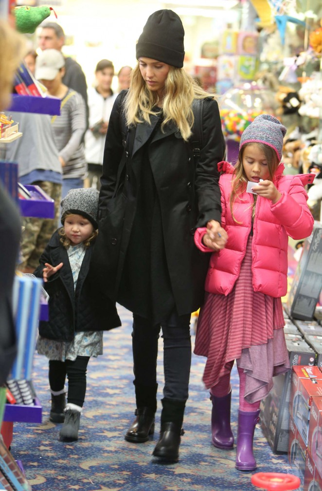 Jessica Alba - Shopping with her daughters in LA