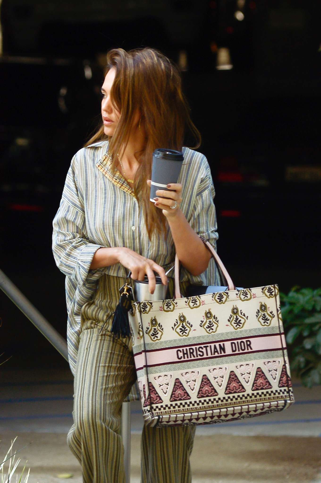 Jessica Alba - spotted out in Los Angeles