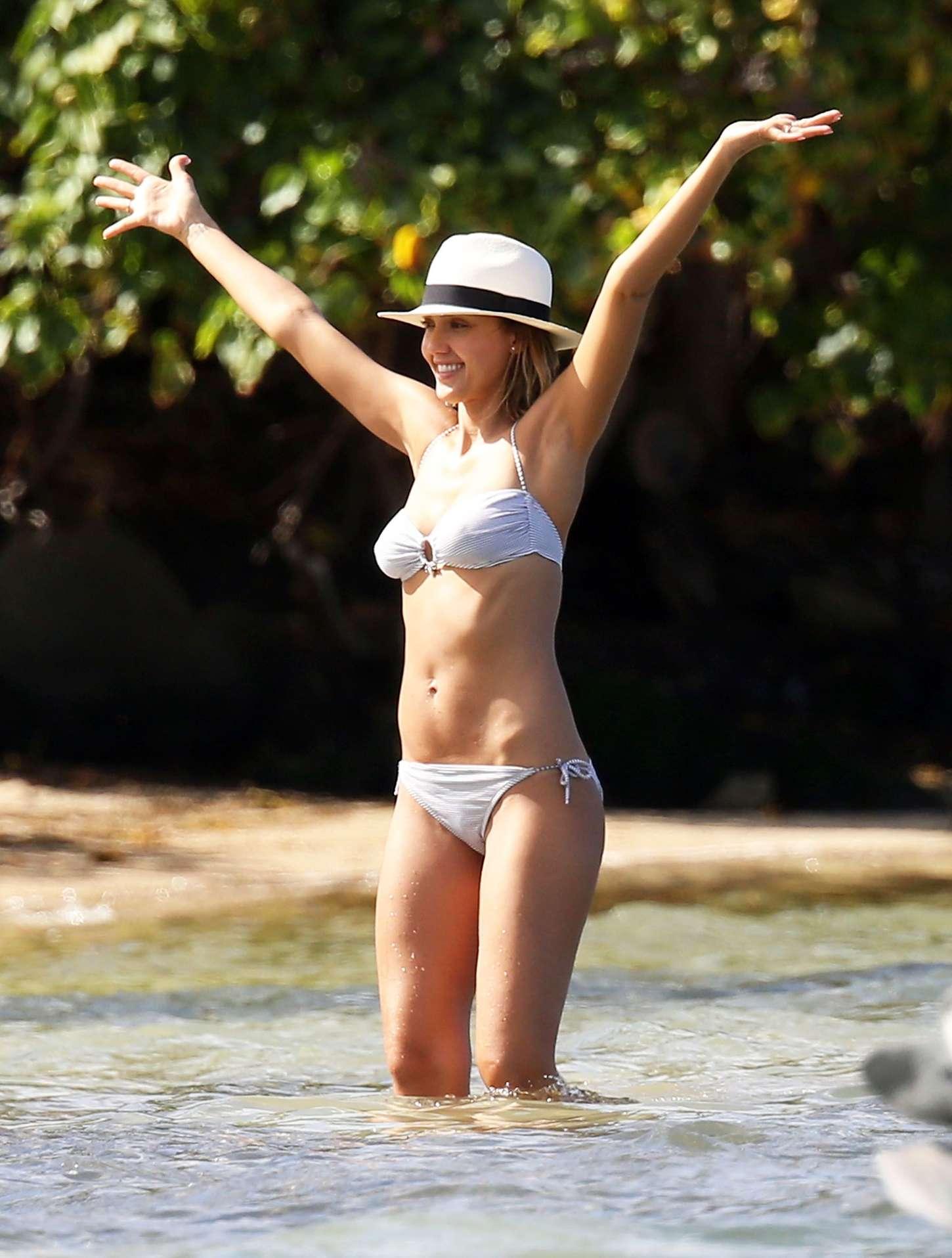 Jessica-Alba-in-Bikini--04.jpg