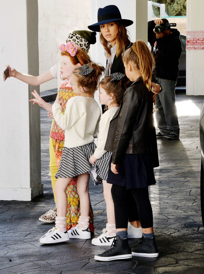 29c301a8a5 Jessica Alba with her daughters shopping -22 – GotCeleb