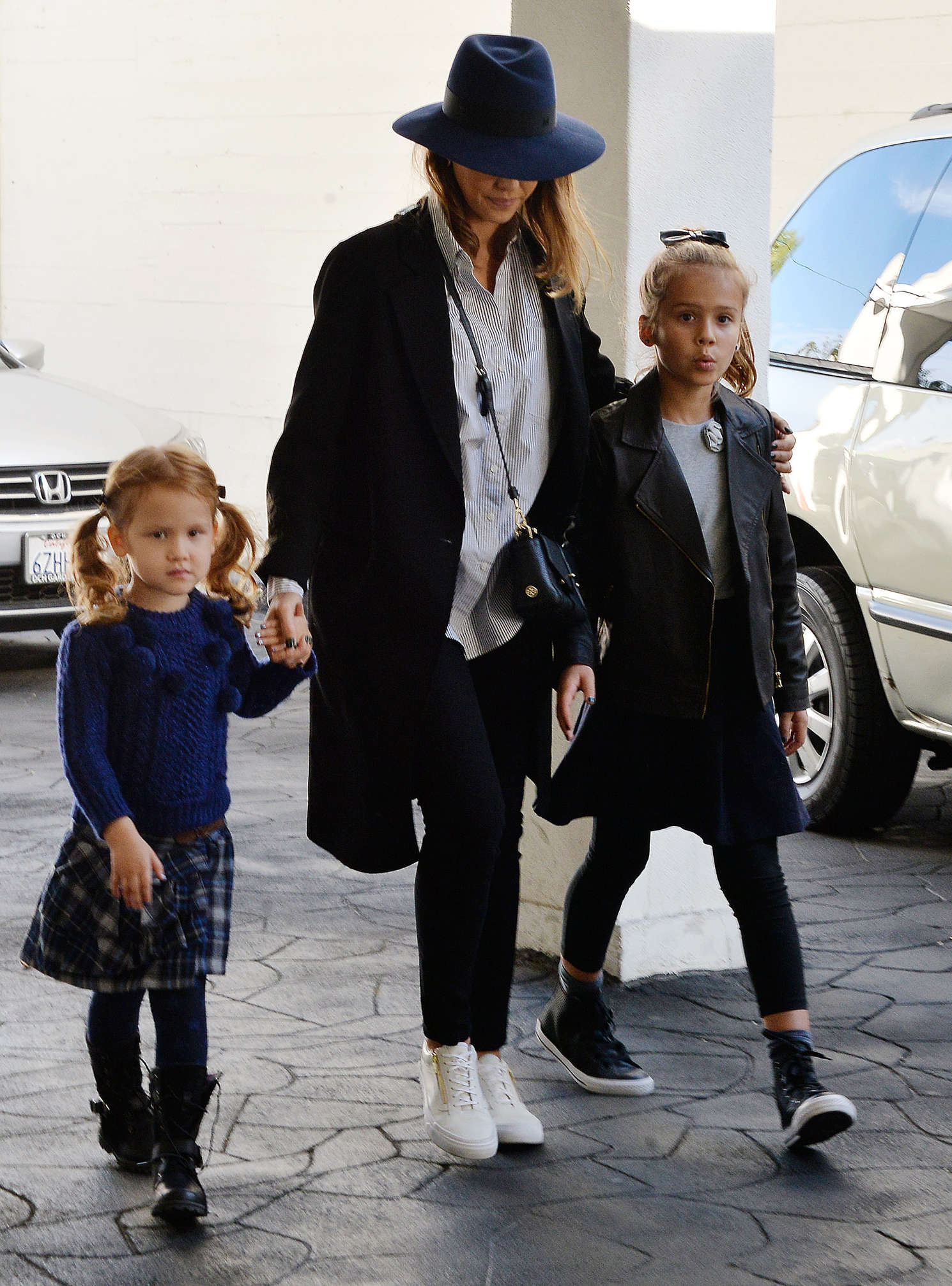 Jessica Alba 2015 : Jessica Alba with her daughters shopping -25