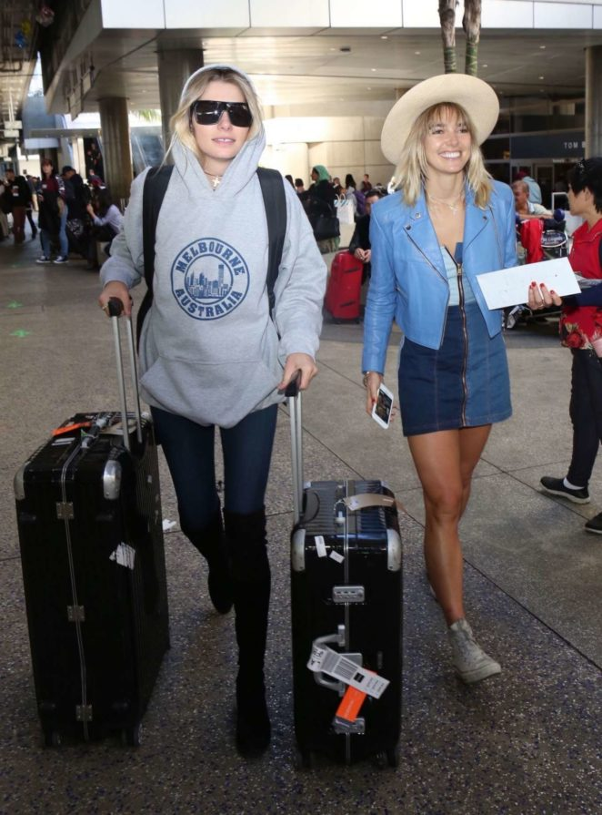 Jessica and Ashley Hart - Arrives at LAX airport in Los Angeles