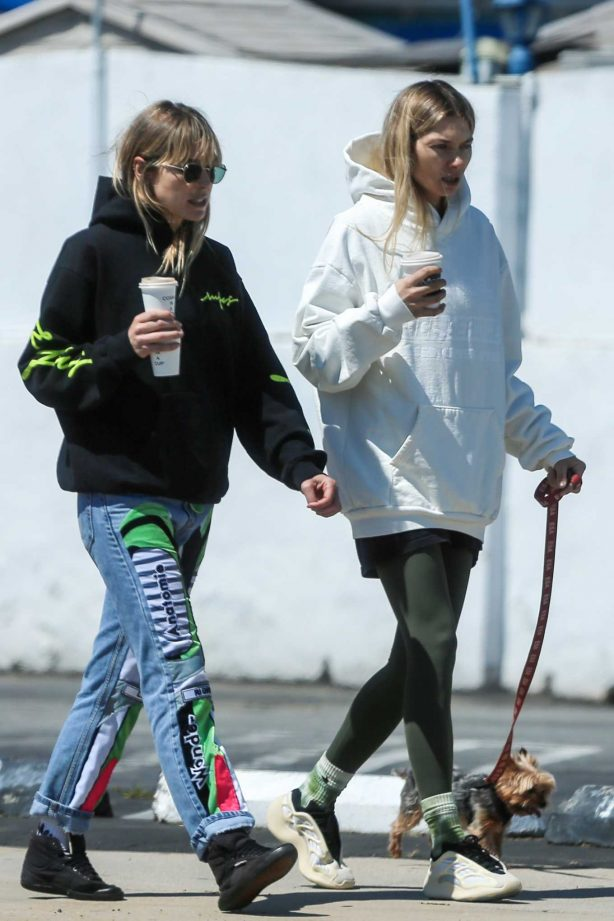 Jessica and Ashley Hart - Out for a walk in Los Angeles