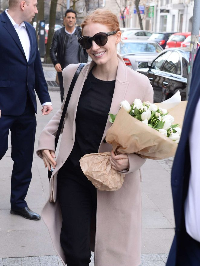 Jessica Chastain Arrives at her hotel in Warsaw -02