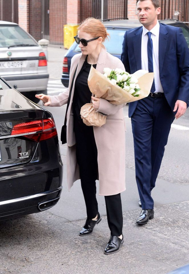 Jessica Chastain Arrives at her hotel in Warsaw -04