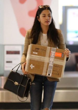 Jessica Gomes at Airport in Sydney