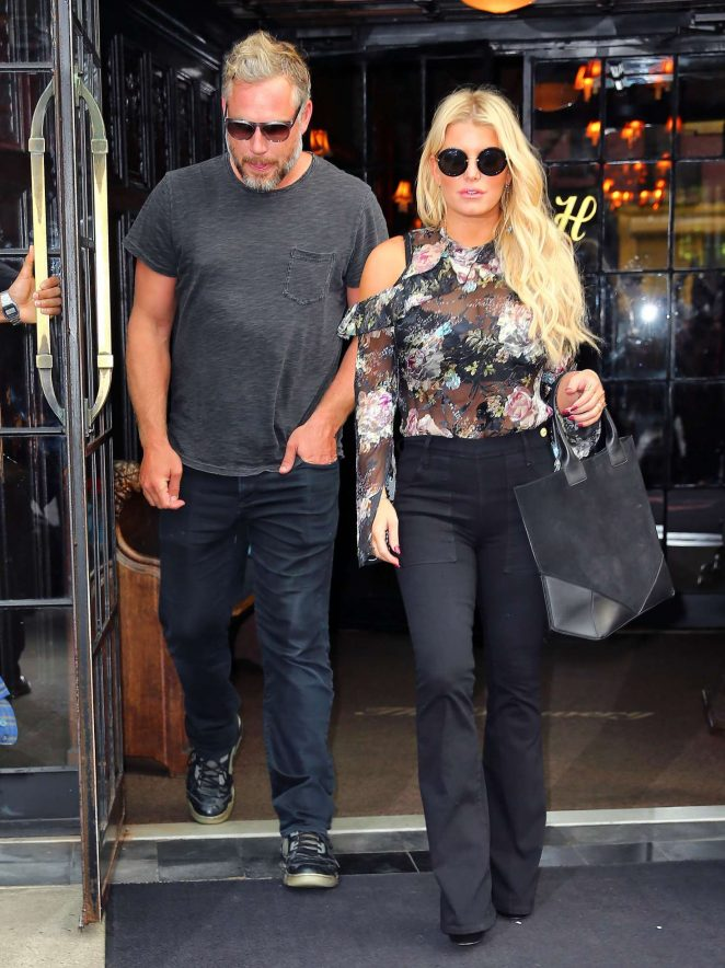 Jessica Simpson in Floral Outfit -06