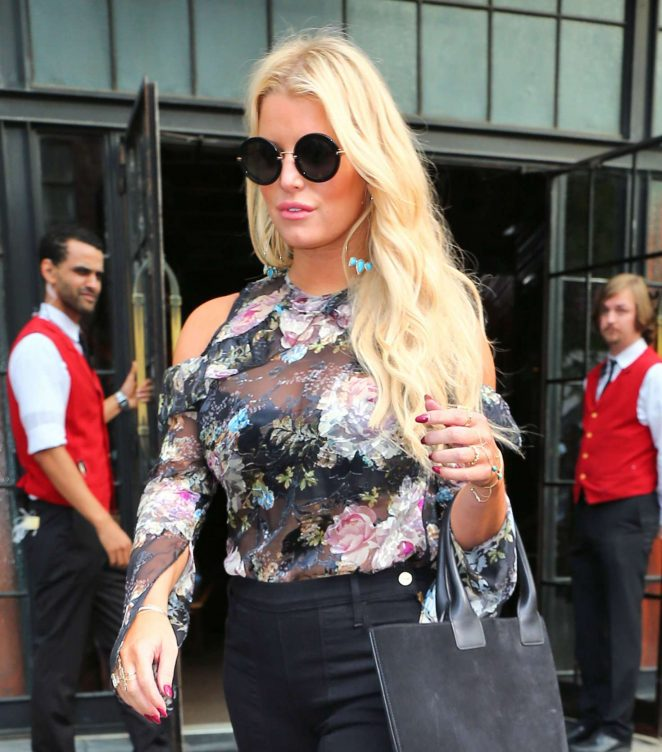 Jessica Simpson in Floral Outfit -10